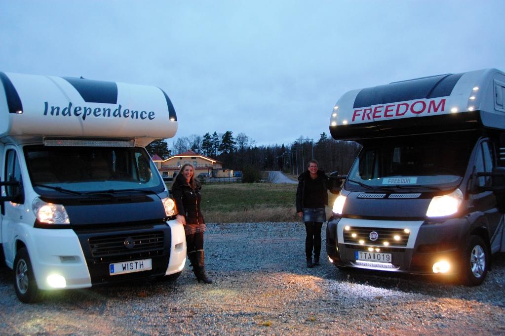 Catta och jag vid våra husbilar - Independence och Freedom