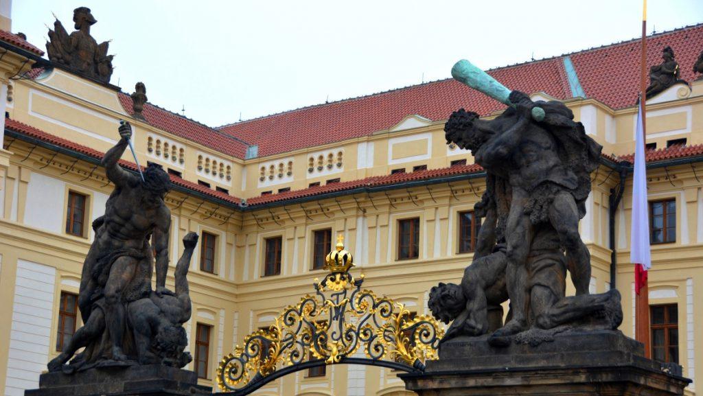 Ingången till Pragborgen - liiite våldsamma statyer?