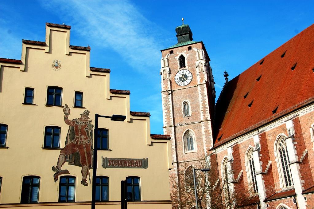 Kyrkan och en annan byggnad i Ingolstadts centrum