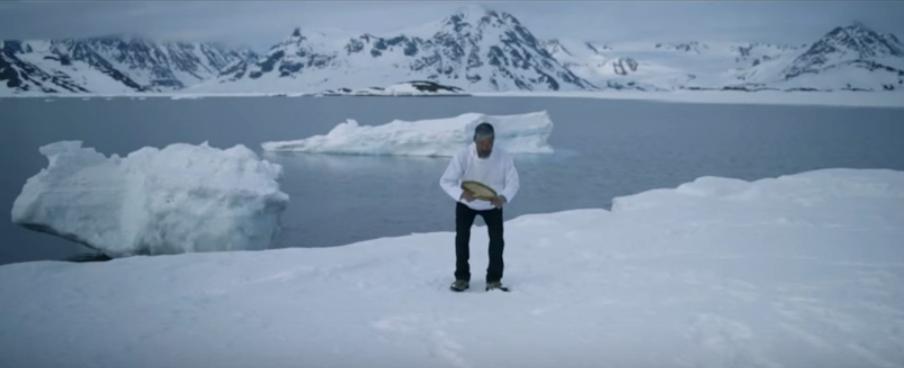 En av inuiterna i filmen, i sin hemmiljö