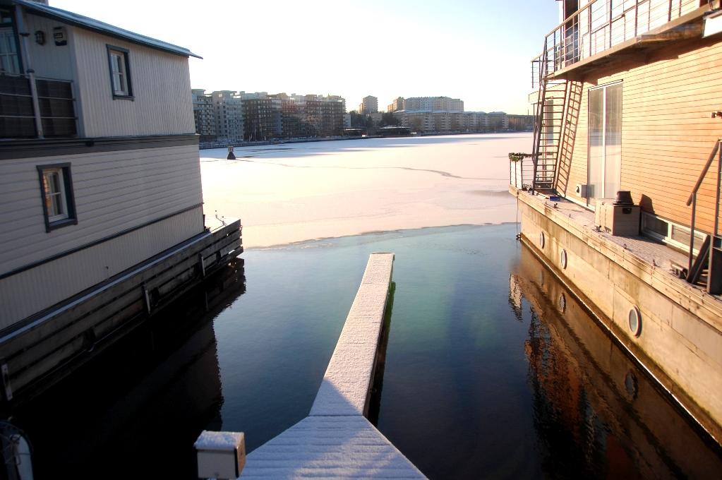En isfri marina, men utanför ligger isen på Ulvsundasjön