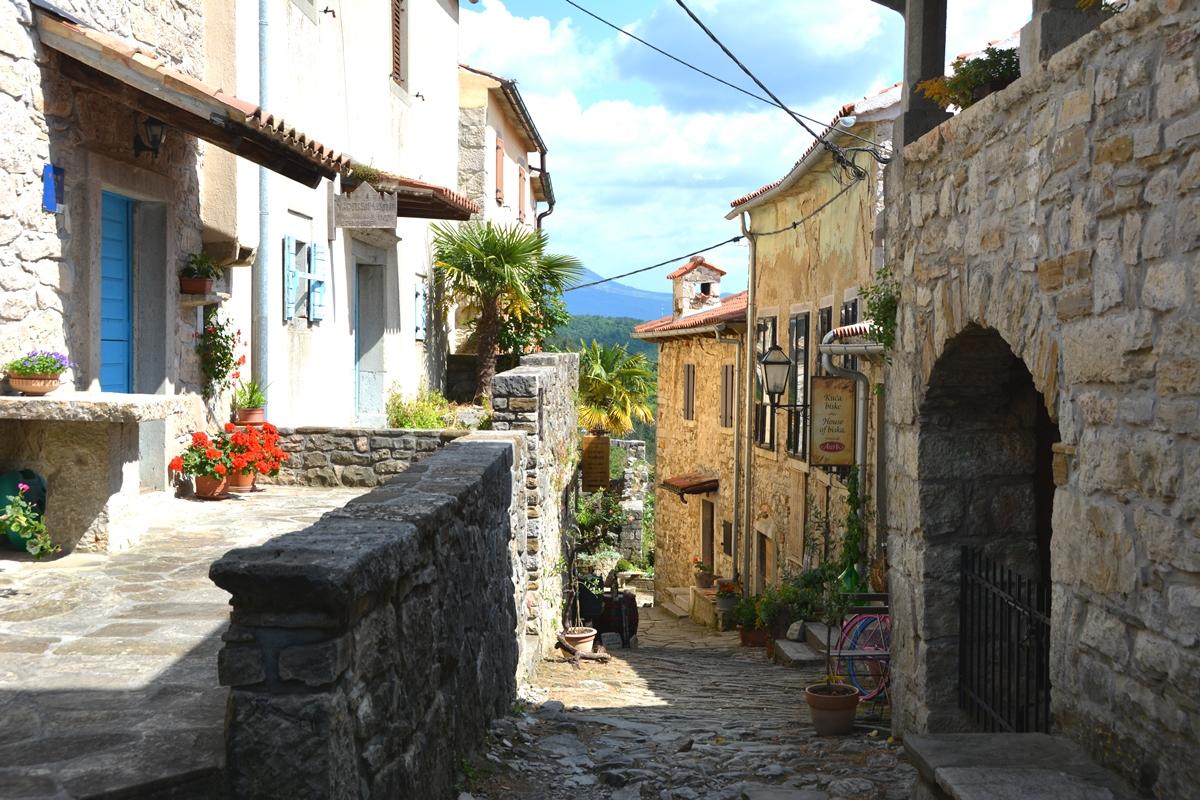 En av gatorna i staden Hum