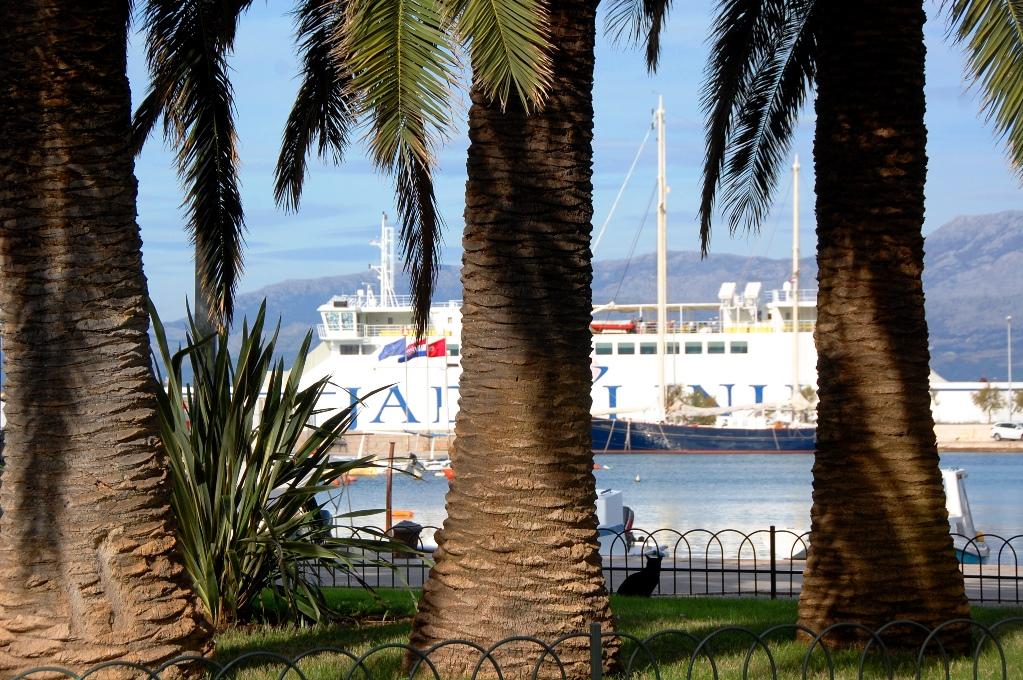Färjan mellan Split och Supetar ligger i hamn