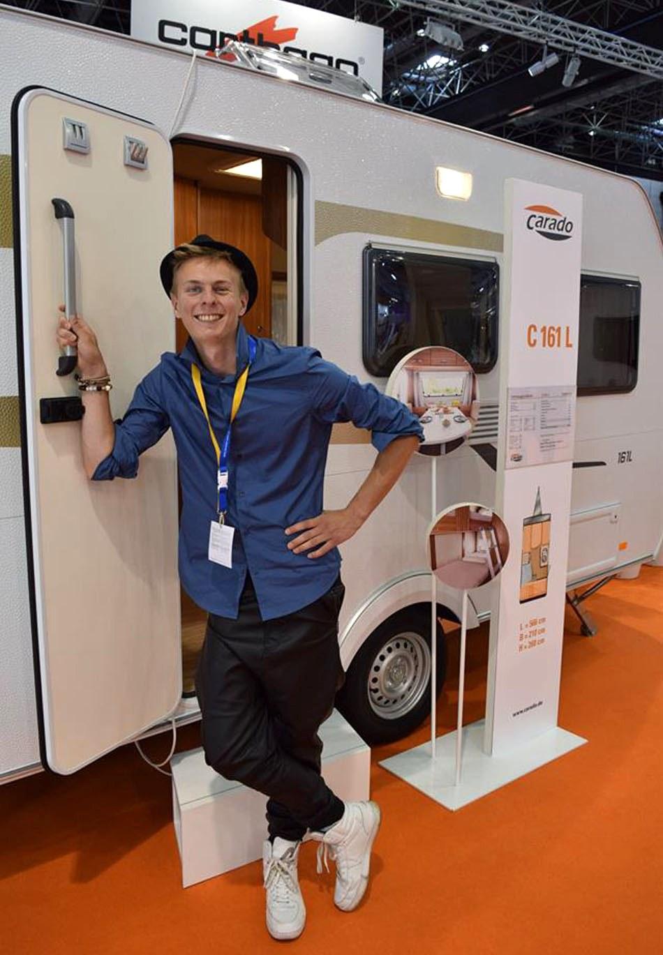 Johan på Caravan Salon i Dusseldorf 2015, framför en Carado husvagn