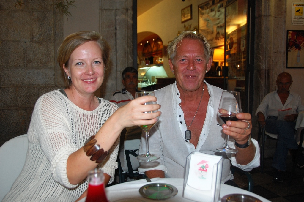 Johanna och Peter på en uteservering i Taormina