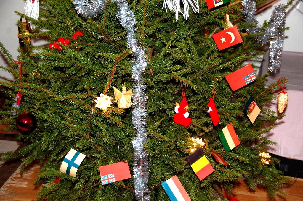 Mammas fina julgran, med flaggor som