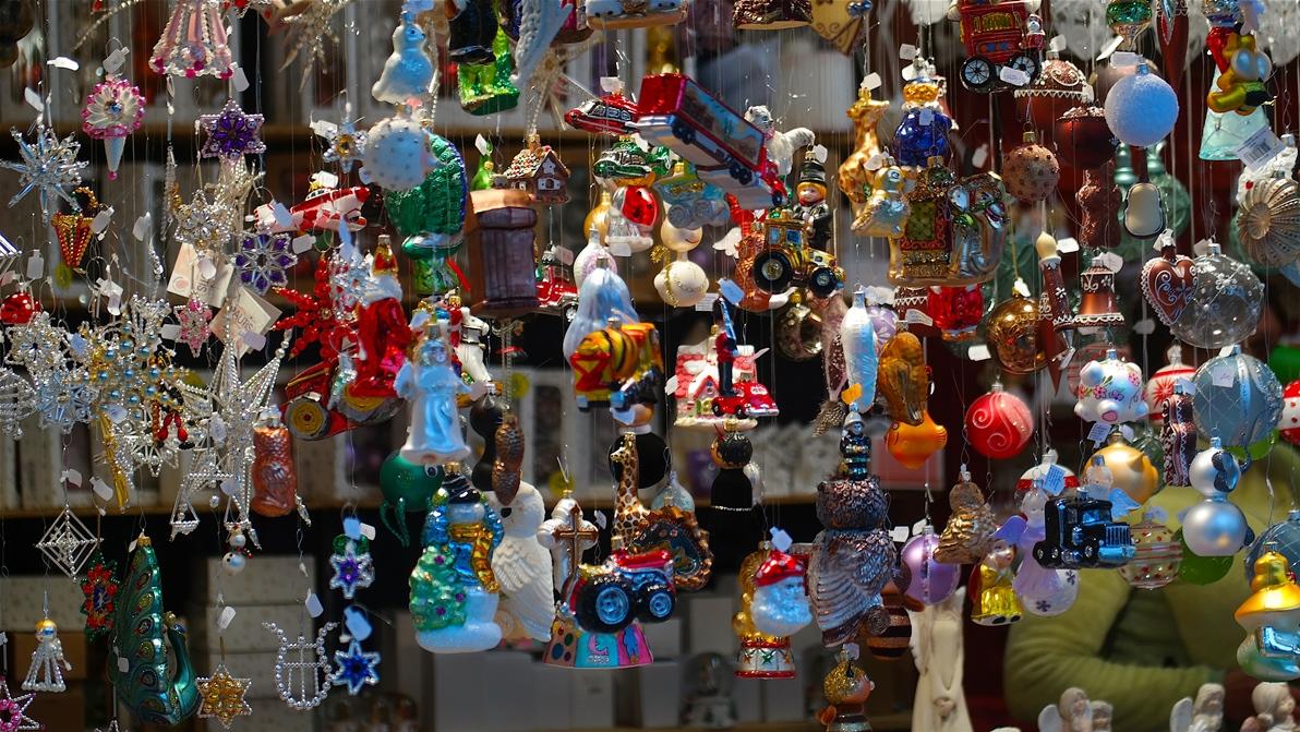 Julgransprydnader i ett stånd