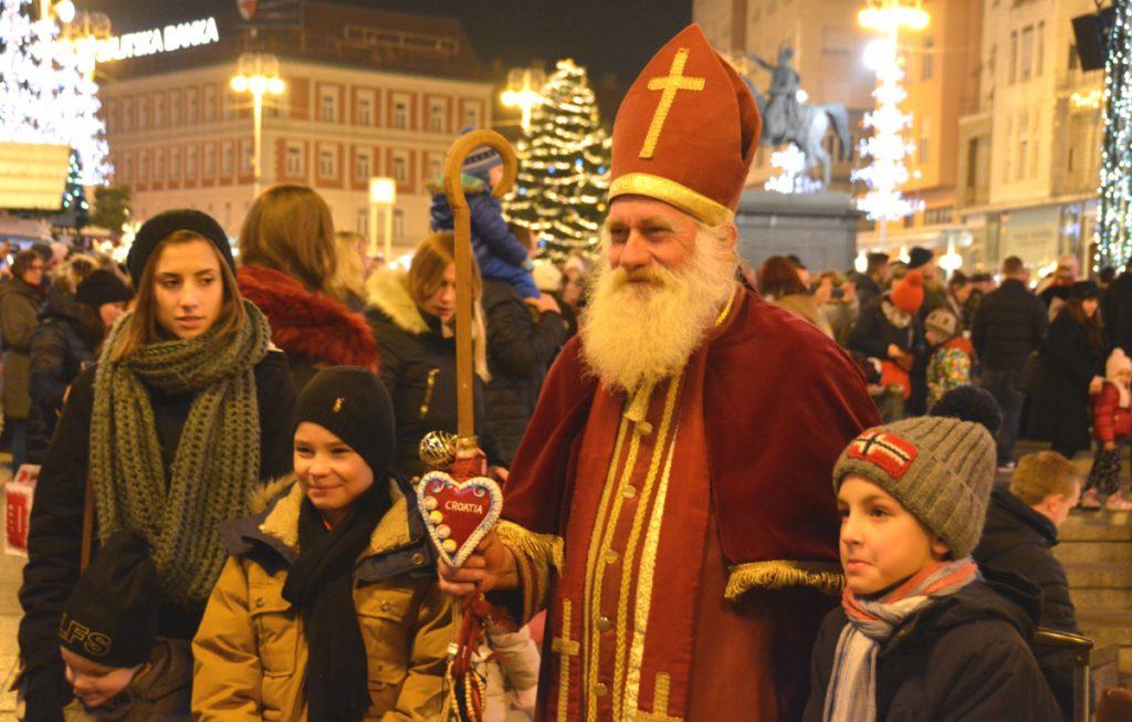 En kroatisk tomte (eller biskop kanske?) låter sig fotograferas med barnen