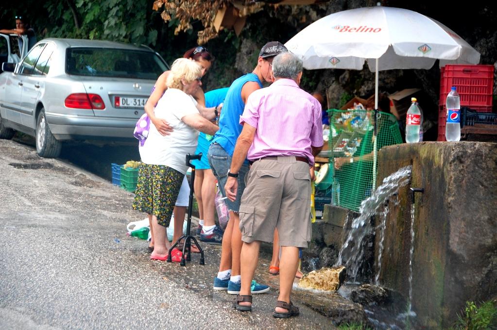 Albanerna fyller sina vattenflaskor med rent och gott källvatten