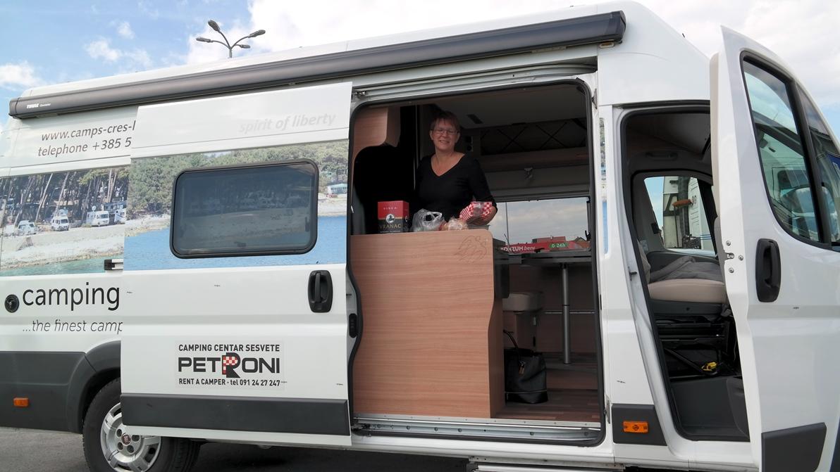 Köket i plåtis och husbil runt Istrien