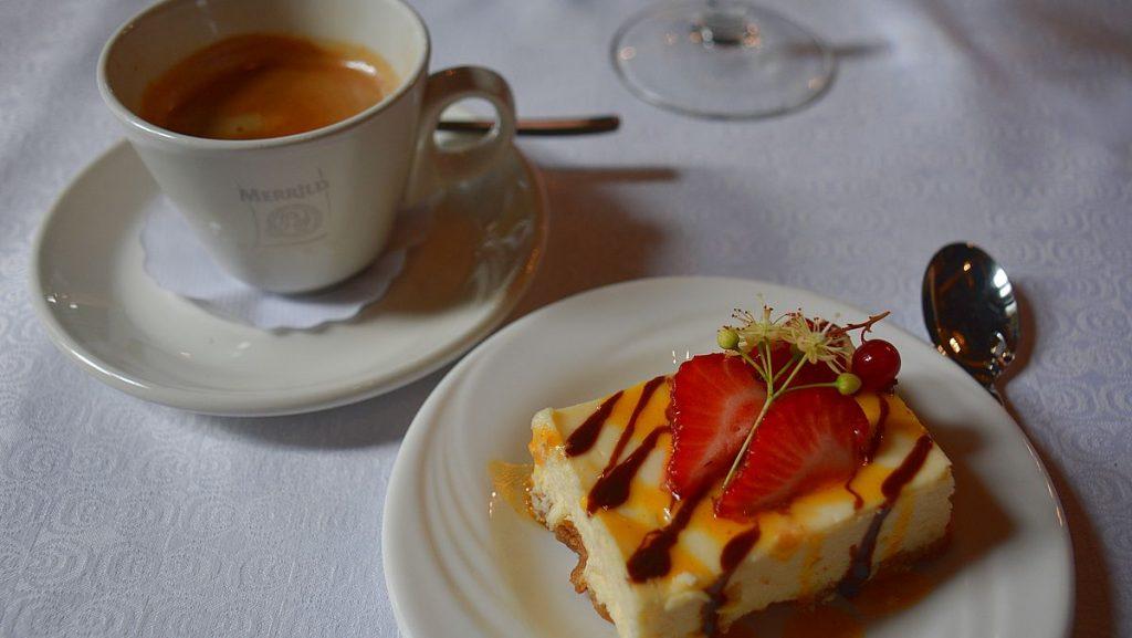 Kaffe och kaka på slottet Alatskivi vid sjön Peipus i Estland