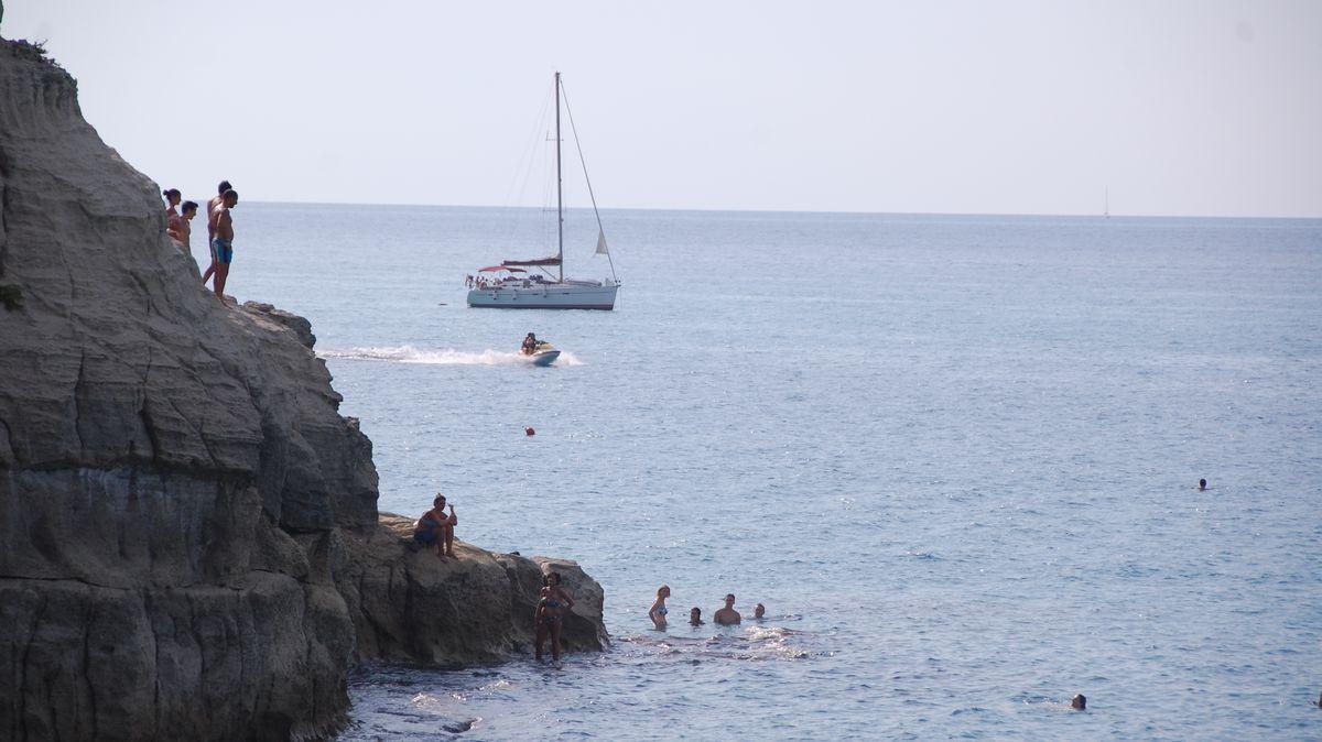 Bad från klippor i Tropea i Italien - semester i Kalabrien