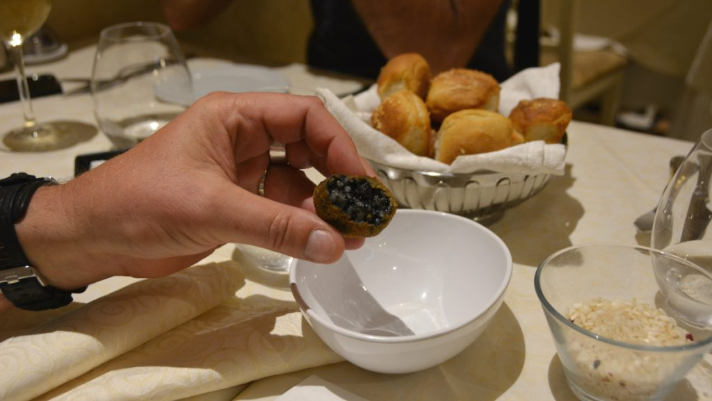 Före maten fick vi en lite friterad boll med svart risfyllning - färgat med bläckfiskbläck