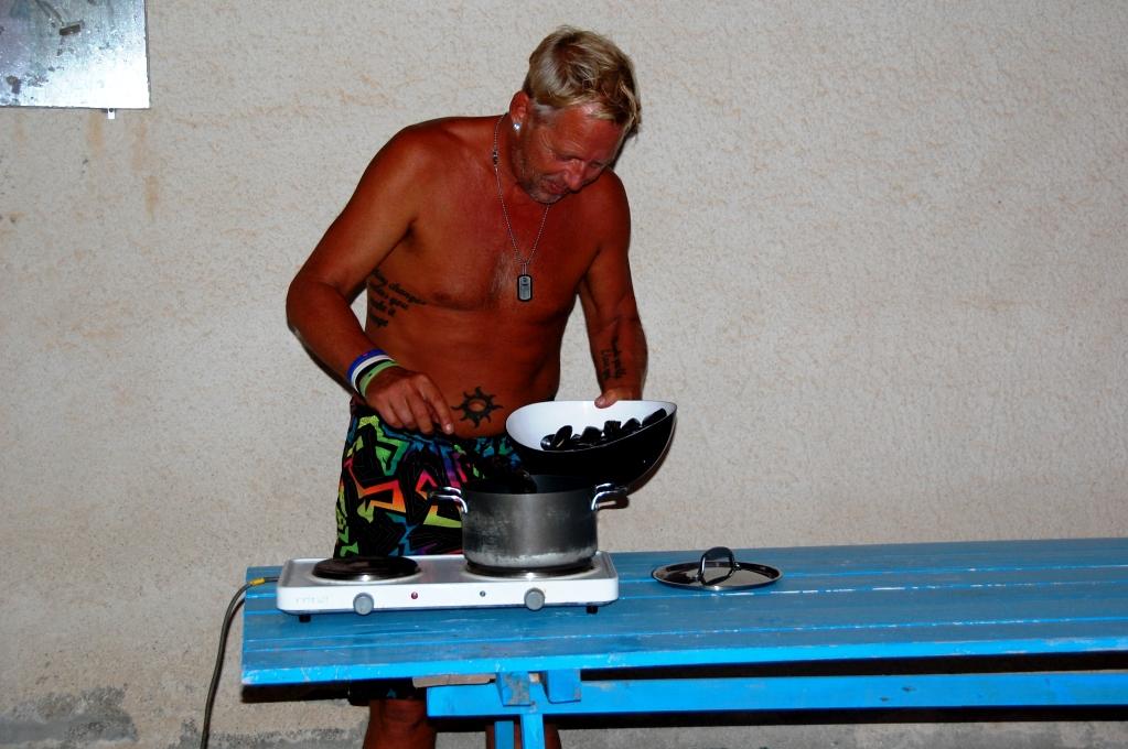 Peter lagar musslor på lånad kokplatta (vid ett eluttag på ställplatsen eftersom det var italienskt eluttag med tre piggar)