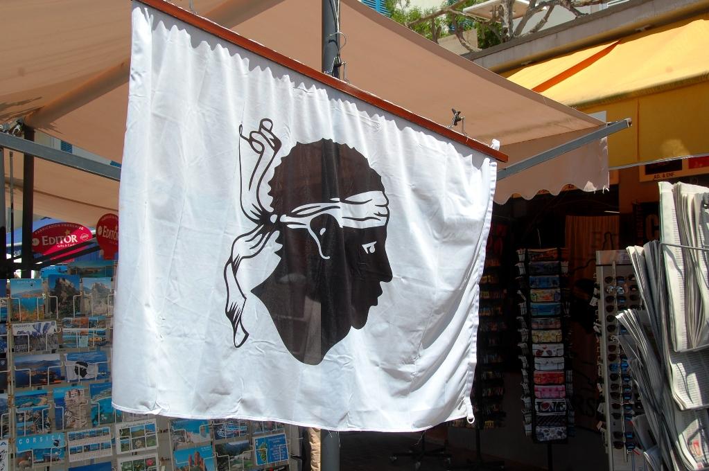 Korsikas flagga, som föreställer en besegrad morisk ledare