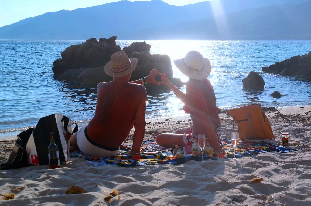 Peter och Helena har picknick på Korsikas västkust