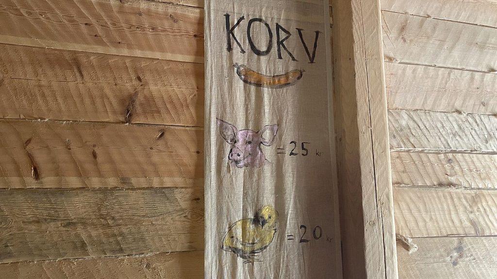 Handla korv i vikingabyn Storholmen