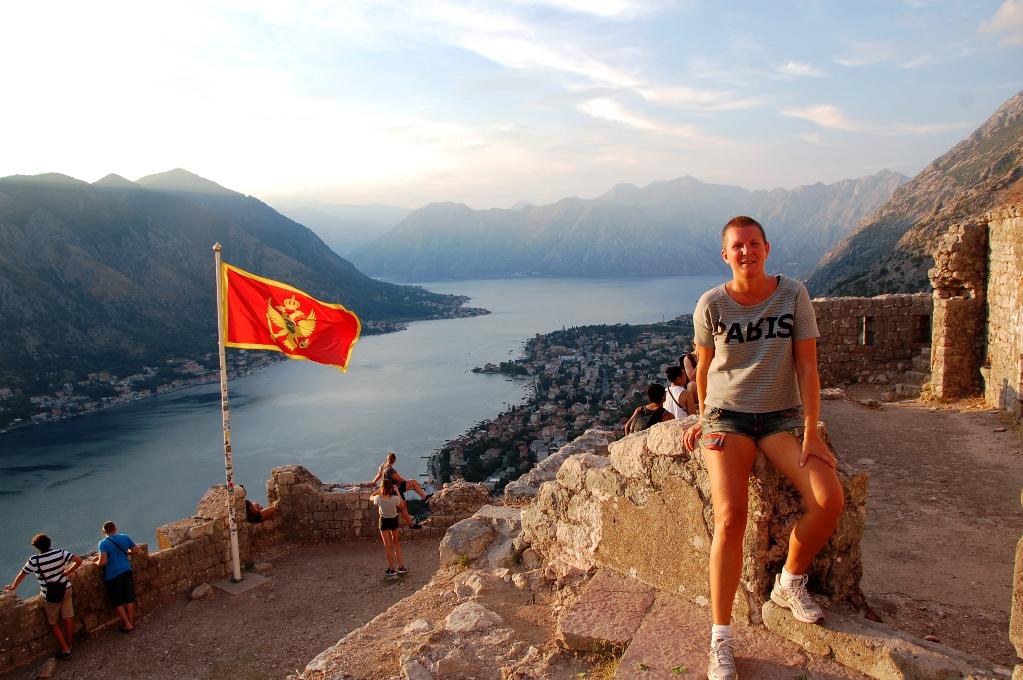 Helena högst uppe på toppen på berget i Kotor