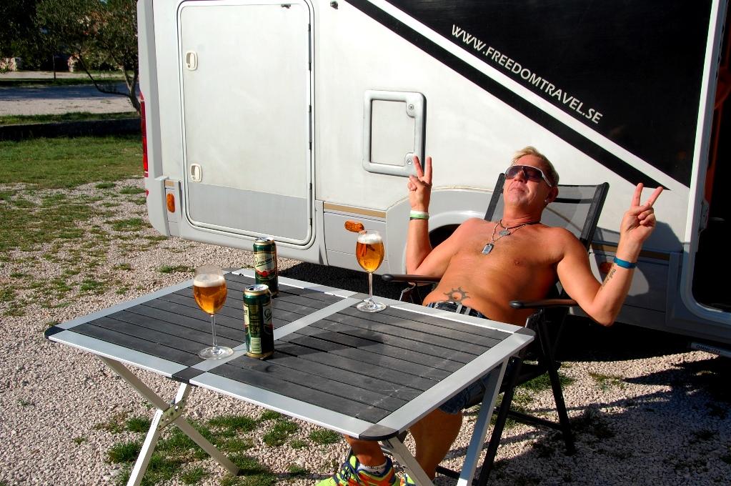 Vi njuter av varsin öl på parkeringen utanför Krka nationalpark