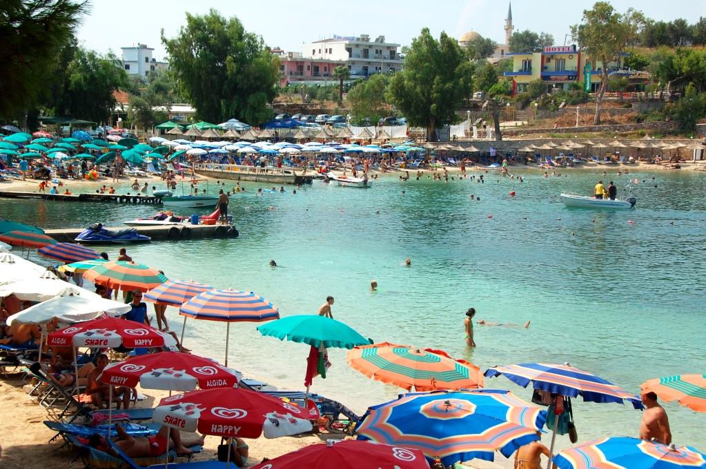 Ju närmare centrala Ksamil-Albanien man kommer desto trängre blir det mellan parasollerna