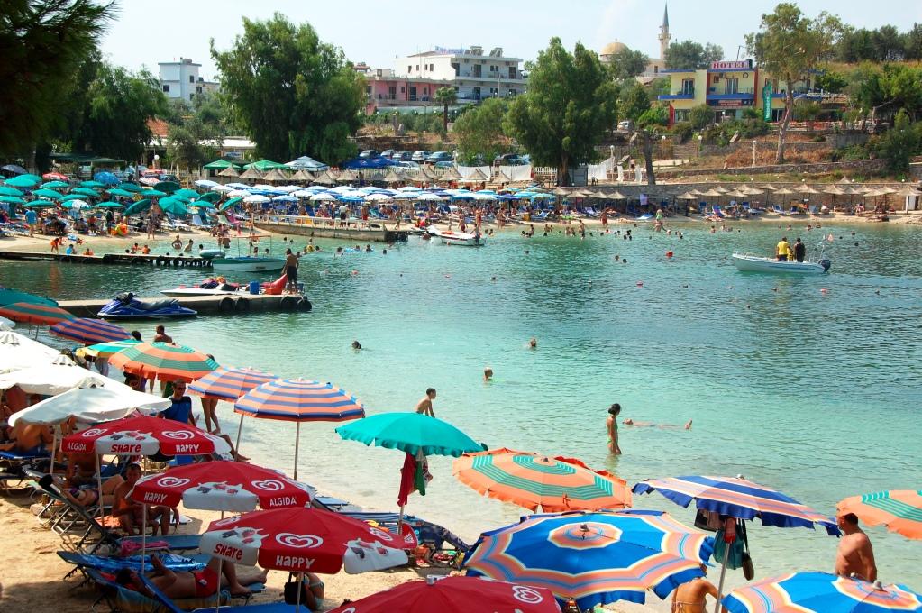 I Ksamil är det trångt mellan parasollerna i augusti