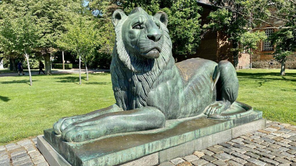 Göra i Sofia i Bulgarien - lejon utanför St Sophia kyrkan