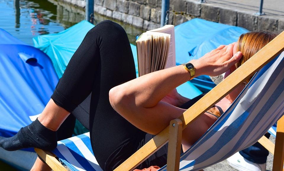 Läsa i solstol
