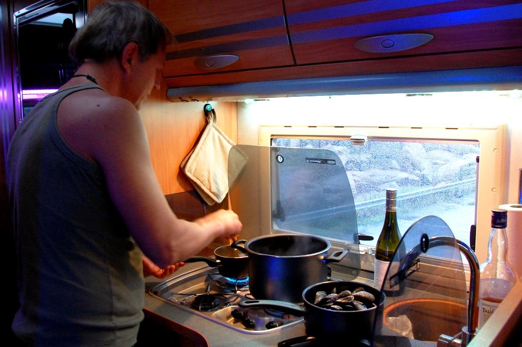Att göra i en husbil: Peter kokar musslor i husbilen - en av våra favoriter!