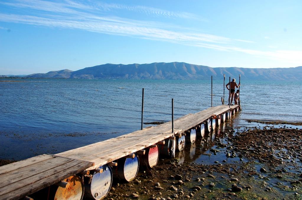 Bryggan ut till badplatsen vid  Shkodersjön Resort i Shkoder