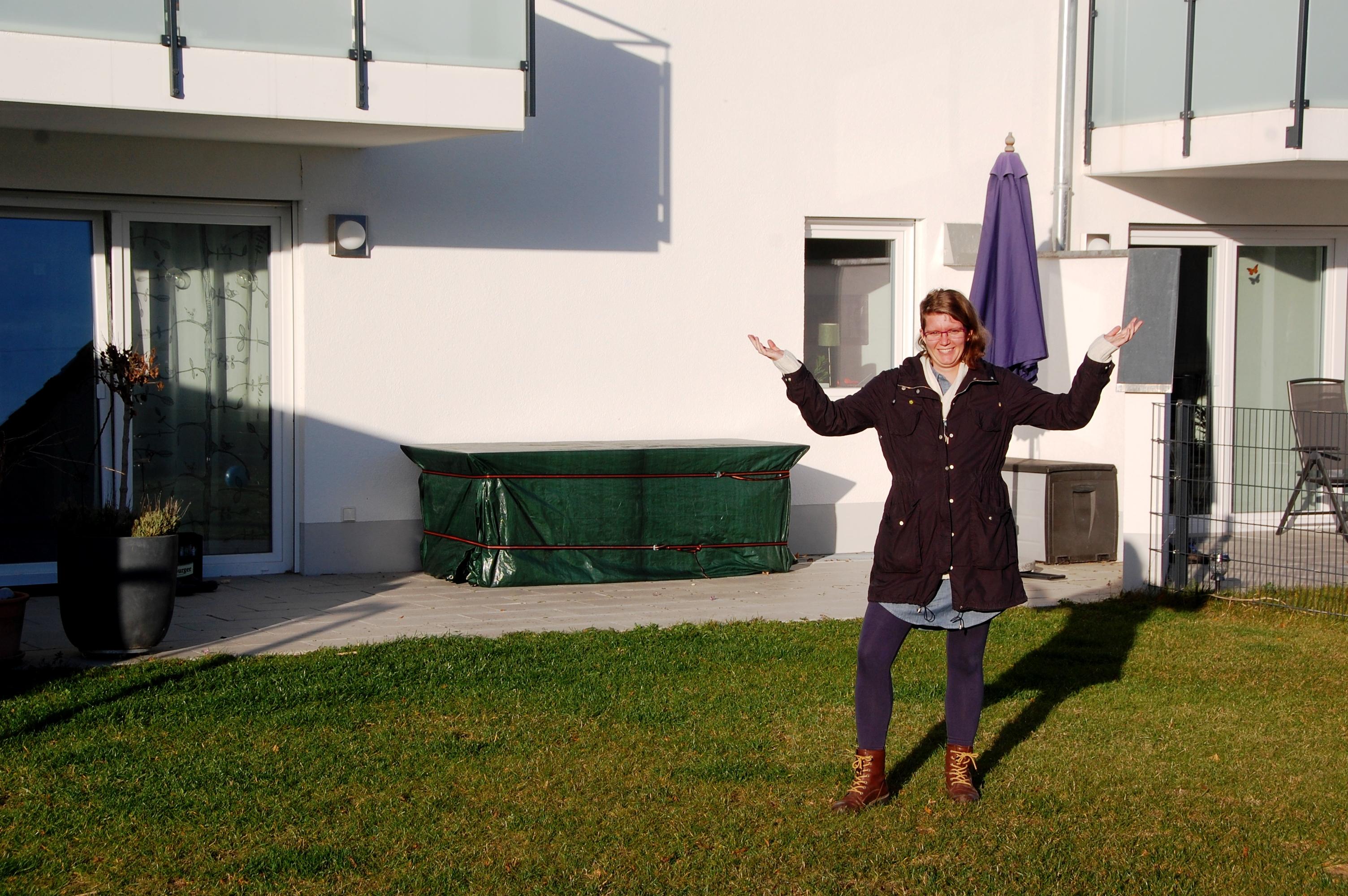 Linnea framför sitt hem i Ingolstadt, Bayern