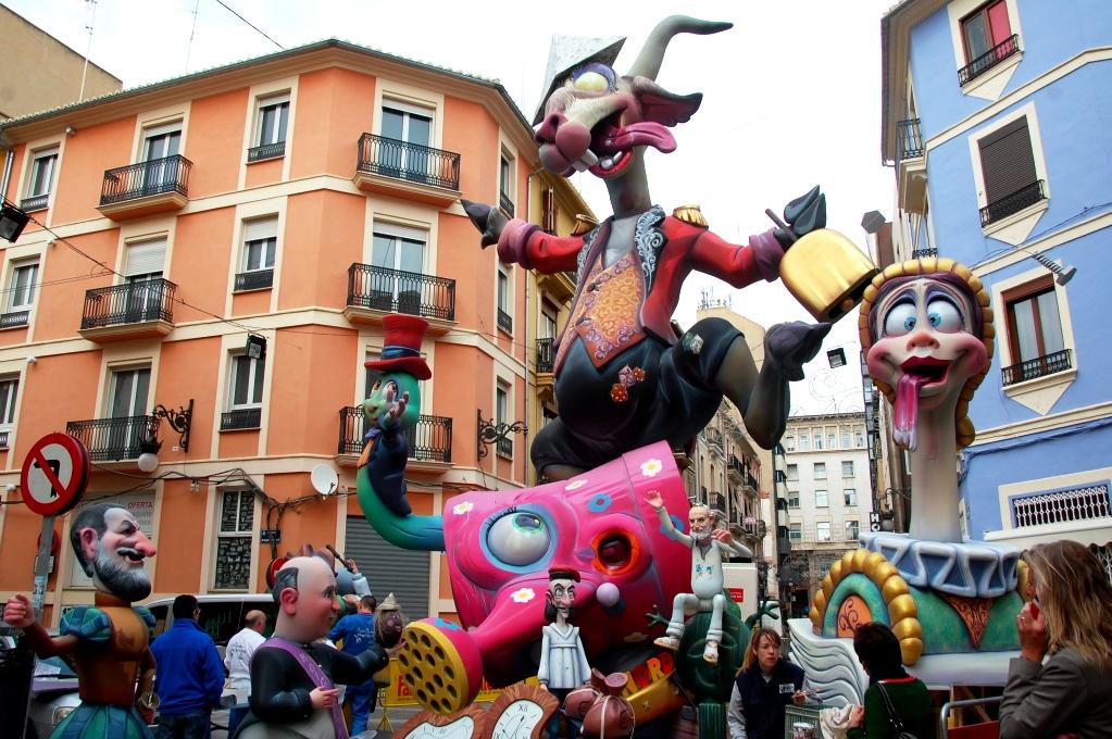 """Under hela festivalen är Valencia fyllt av enorma statyer, """"fallas"""""""
