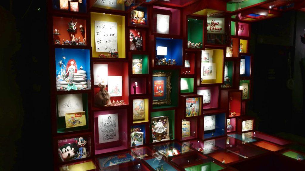 Seriefigurer i leksaksmuseum i bergrummet