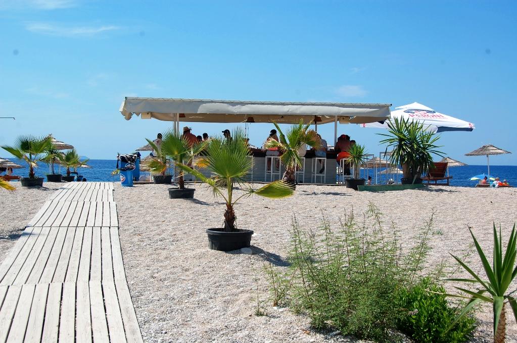 Stranden Livadhi vid Himara i Albanien - och en fin liten strandbar!