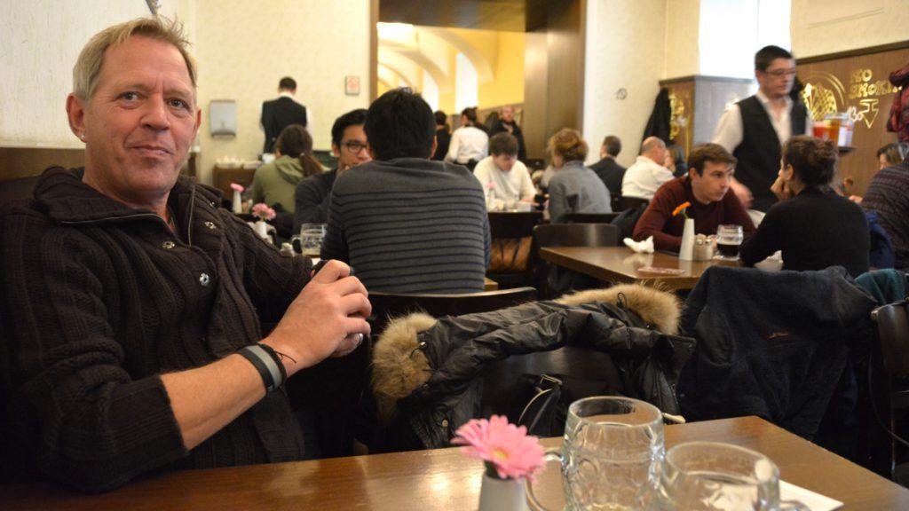 På Lokál i Prag dricker man öl, äter schnitzel och potatismos och spelar kort