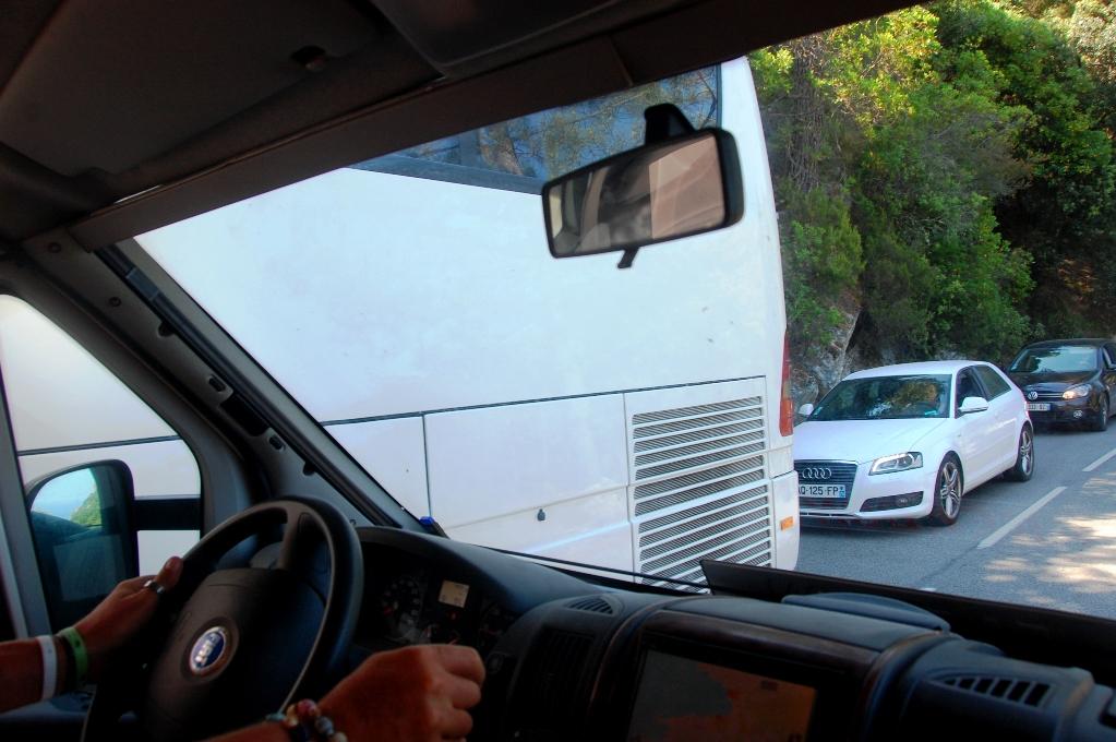 Möte med buss - backspeglarna är indragna och båda fordonen kryper fram
