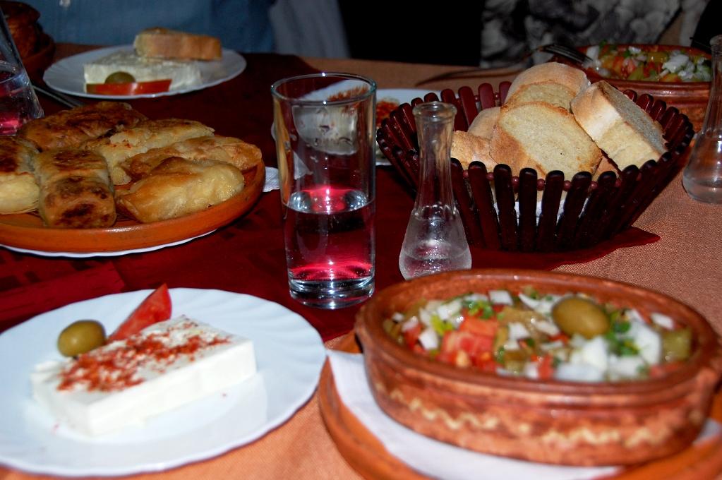 Förrätt med makedonsk sallad, fetaost, burek och bröd