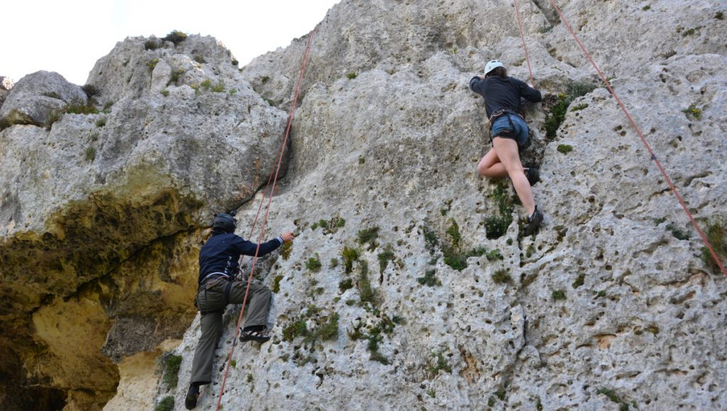 Det finns massor av aktiviteter att göra på Gozo i Malta - abseiling är en av dem!