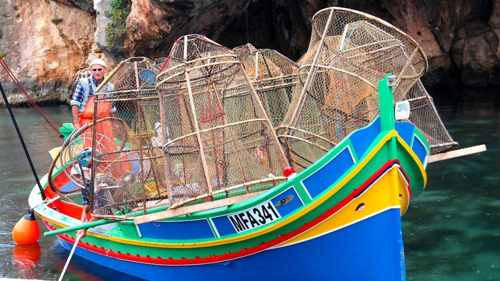 Traditionell maltesisk båt i Xlendi