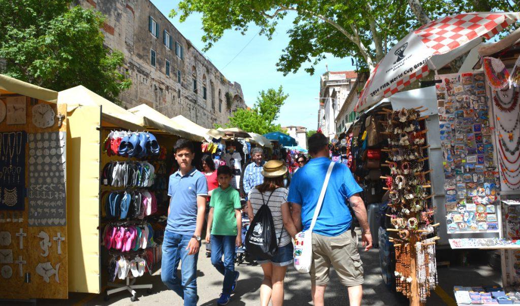 Marknad precis utanför murarna i Split