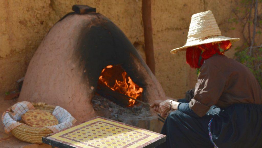 Bröd göra på traditionellt sätt i Atlas kasbah