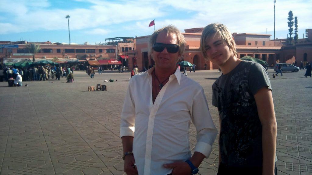 Peter och Billie på Djema el Fna, det kända torget i Medinan