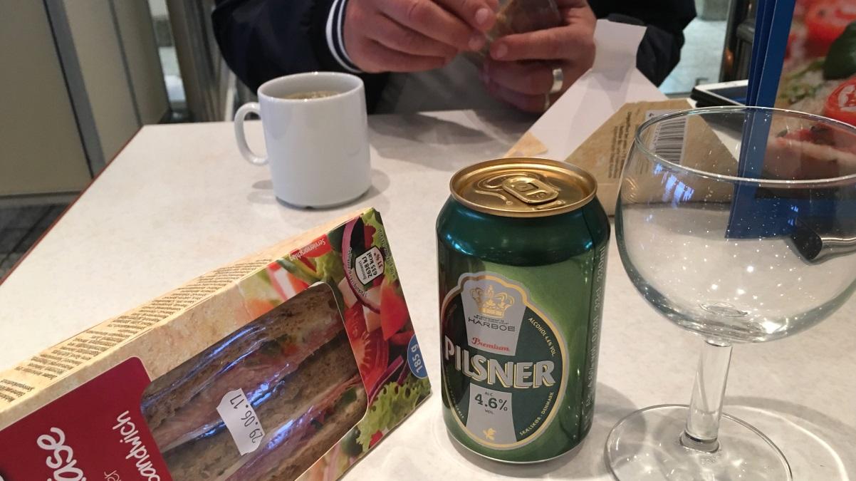 Sandwich, öl och kaffe