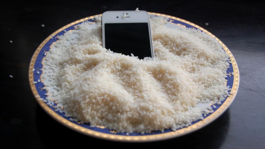 Att tappa mobiltelefonen i vattnet är inte bra - risbad är förhoppningsvis bättre
