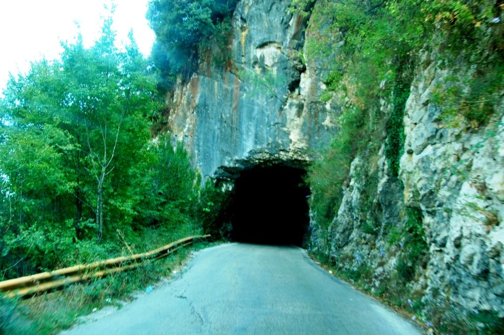 Väg och tunnel i Montenegro - undrar vad som finns på andra sidan?