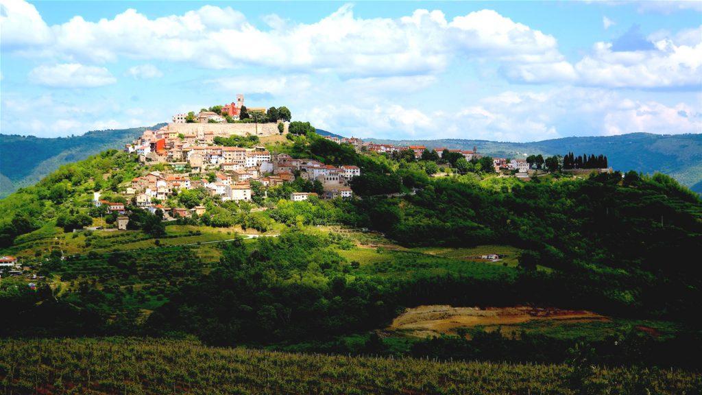 Bergsbyn Motovun i Kroatien