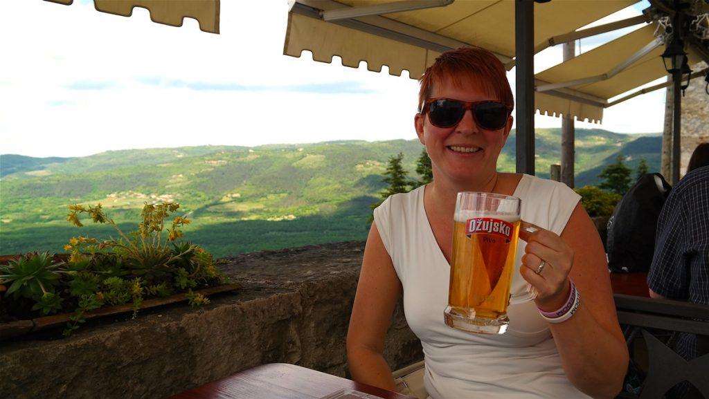 En öl och en pizza, med utsikt från Motovun
