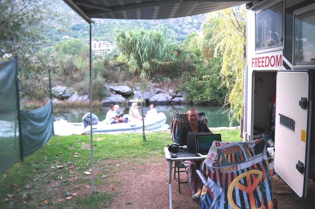 Vi valde en plats vid den lilla floden - titt som tätt åker små båtar förbi