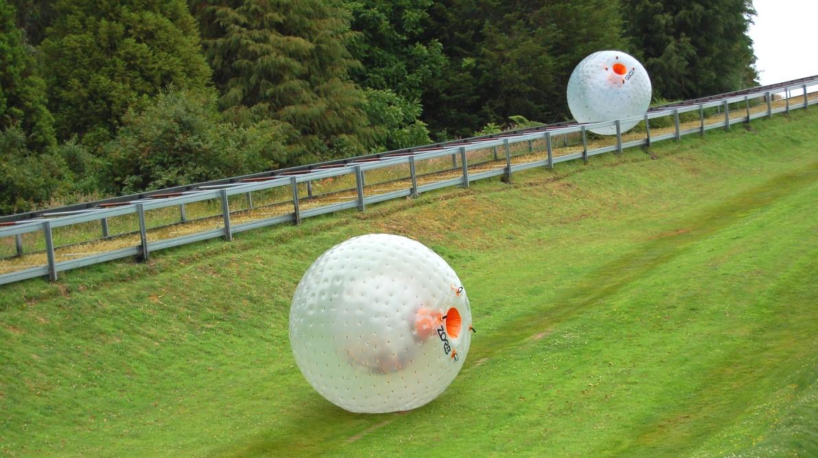 Zorb - rulla nerför en kulle inuti en boll ...