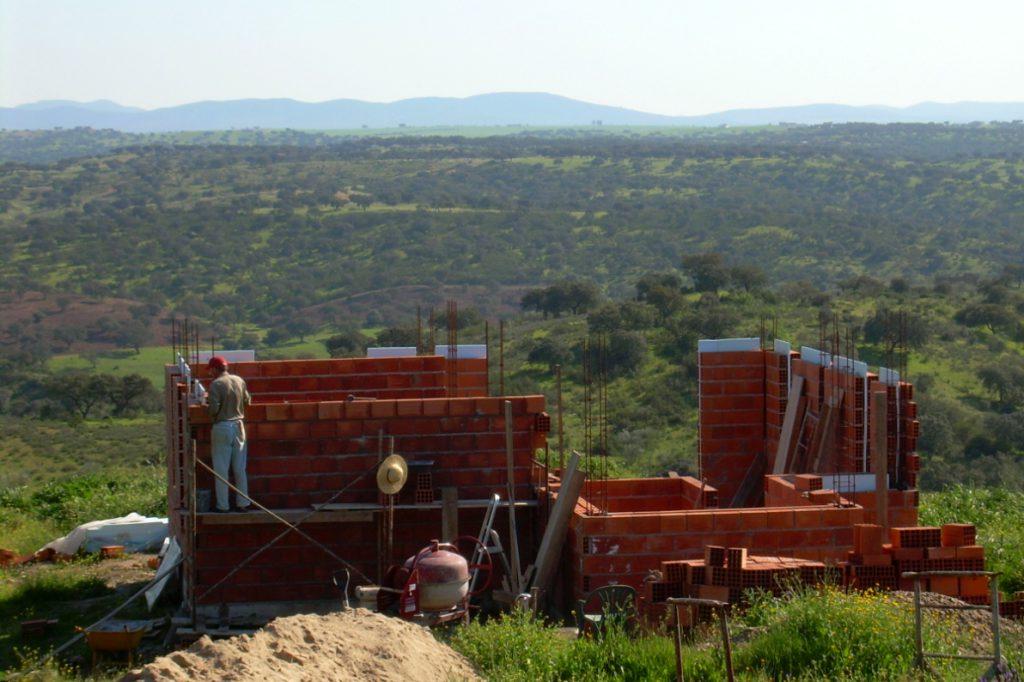 Ett hus börjar ta form, med utsikt över Alentejos vider