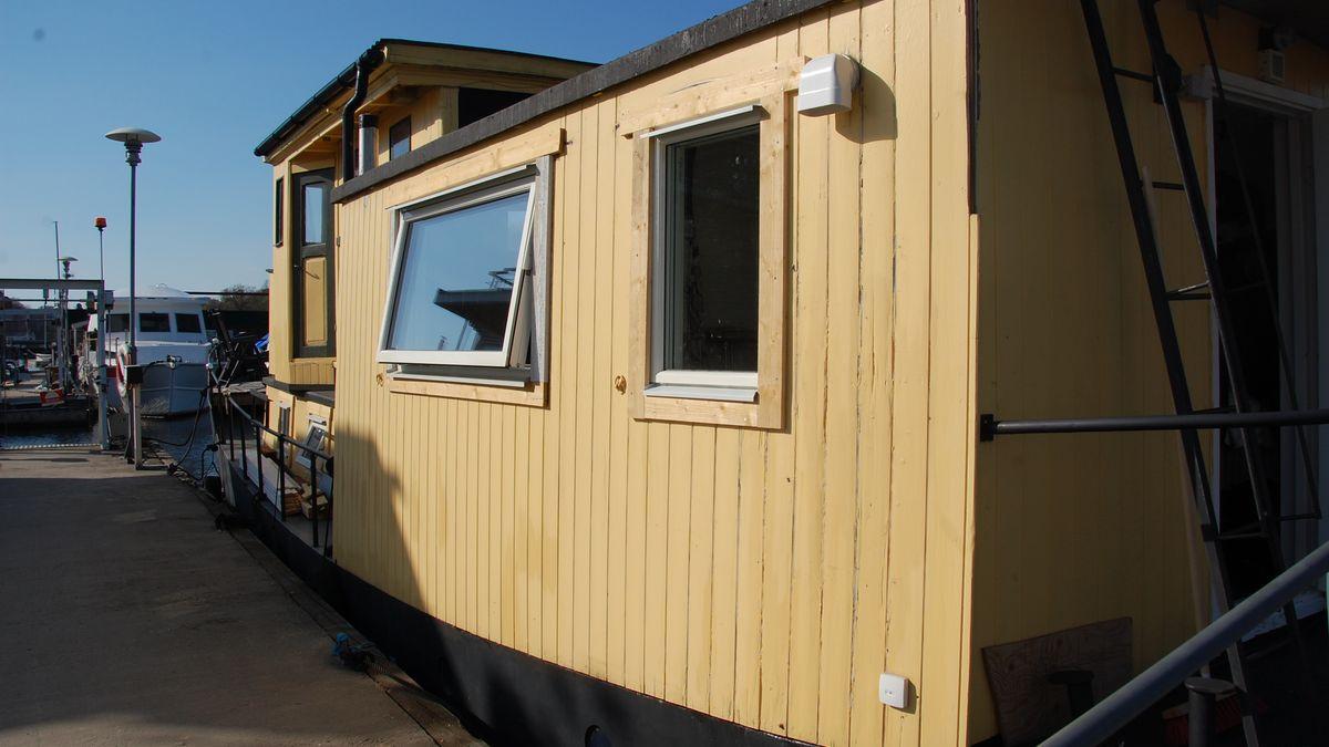 Och nu har vi ett nytt stort badrumsfönster! (Fodren kommer vi att måla först när vi tar upp båten)